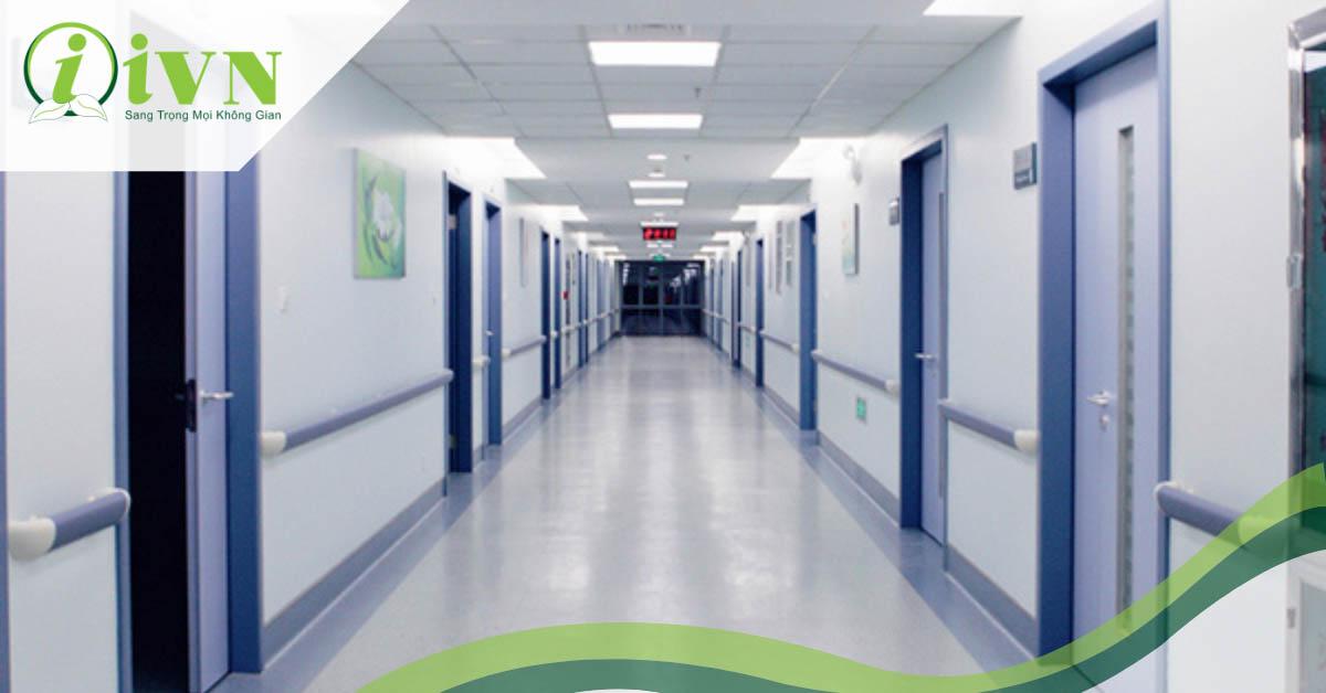 5 lợi ích không thể bỏ qua của tay vịn hành lang bệnh viện