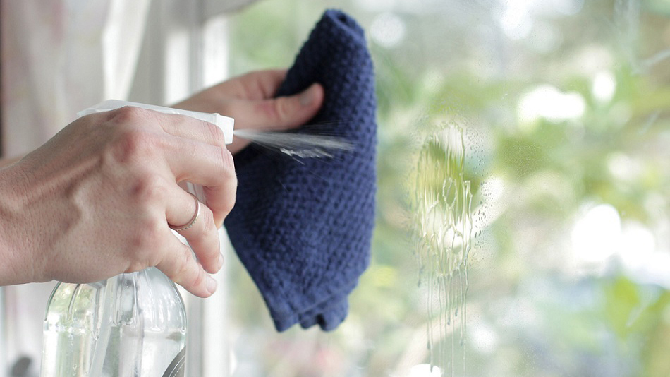 vệ sinh vách ngăn di động kính cường lực