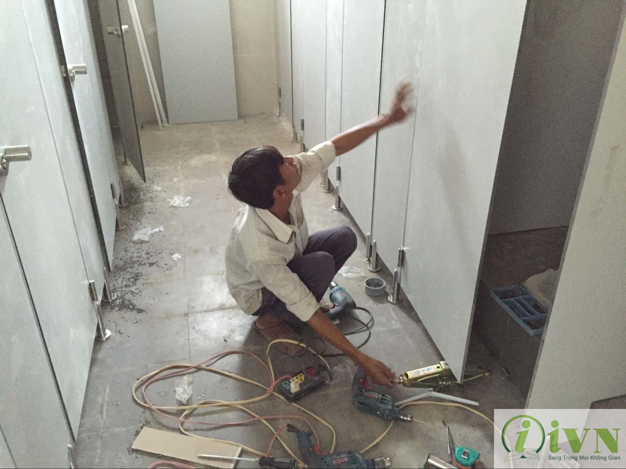 thi công vách ngăn vệ sinh compact formica (1)