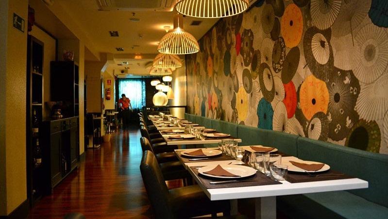 Tối ưu không gian nhà hàng bằng cách vẽ tranh trực tiếp lên tường