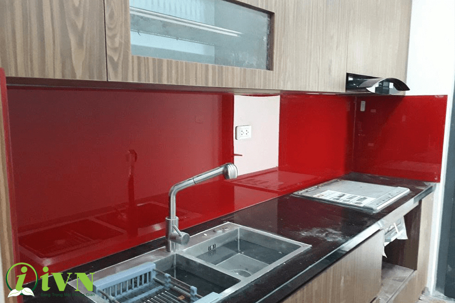 cách khắc phục vết ố mốc trên kính ốp tường bếp (1)