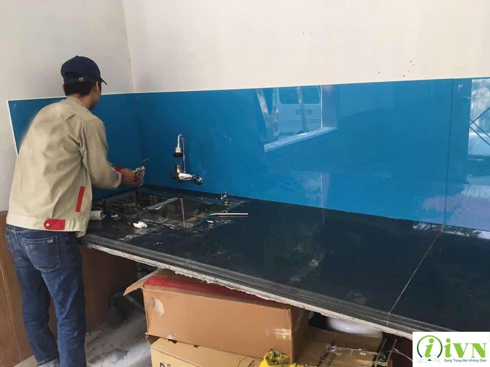 cách khắc phục vết ố mốc trên kính ốp tường bếp (3)