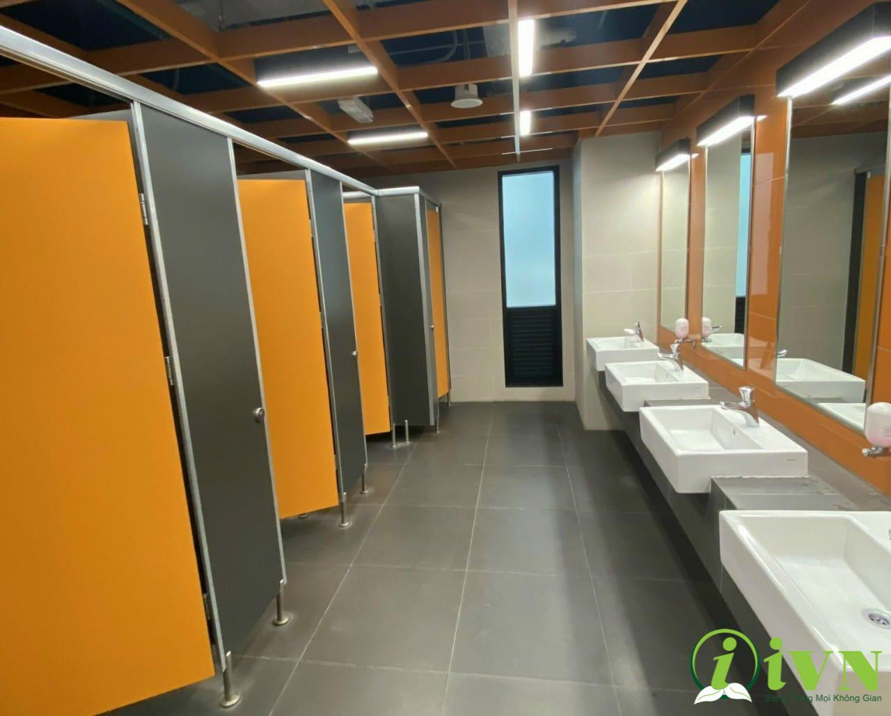 công trình vách ngăn vệ sinh trung tâm thương mại (4)