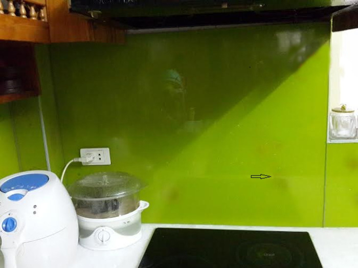 kính ốp tường bếp bị ố mốc (2)