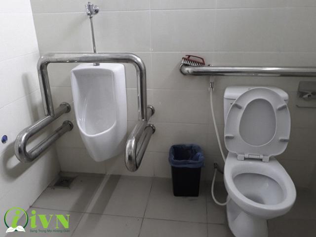 tay vịn nhà vệ sinh bồn tiểu nam