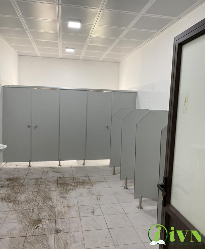 Thi công vách ngăn vệ sinh compact cho trường học
